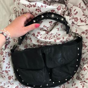 Rigtig fin unlimit taske i modellen Emily. Den lange rem haves desværre ikke mere