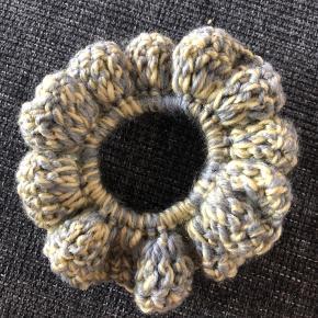 Hæklet scrunchie.   Denne er lavet med 100% polyester garn. Garnet er lavet ud af genbrugsflasker.  Farverne er grå og gul.  1 stk 15kr  2 stk 25kr 3 stk 35kr