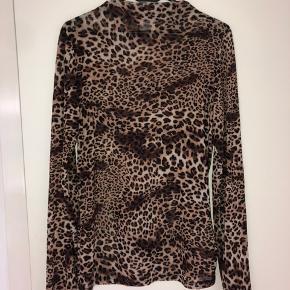 Flot mesh bluse i leopard print, sidder lidt tæt og går lidt op i halsen  Send besked hvis man ønsker at se den på