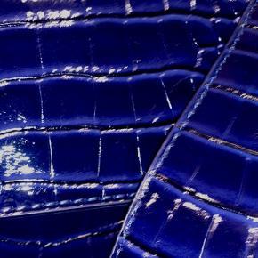 Hvisk cayman shiny strap bag.Color: midnight blue Stadig i original emballage. Med kvittering fra Hvisk. Nypris er 499,- Salg grundet 2 ens i gave. Evt bytte.
