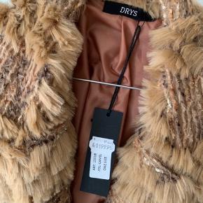 Sælger min smukke jakke fra mærket DRYS. Jakken er utrolig smuk. Str one size.  Jeg sælger kun, da jeg har så mange jakker, og ej får denne brugt. Den har bare hængt i skabet. Stadig med mærke.   Nypris 1200,-  Din pris 600,-   Afhentes på Lindholm brygge, eller sender gerne med dao på købers regning (38,-) 🙂