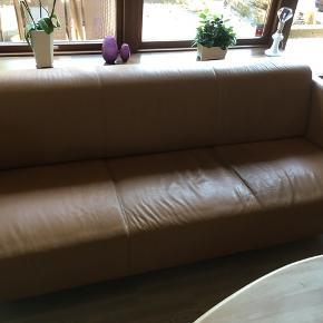 Læder sofasæt i farven cognac bestående af en stor og lille sofa. Den lille sofa er lettere defekt (se billede).  Den store sofa måler: 2 meter i længden, mens den lille måler: 1,5 meter.   Samlet pris for begge sofaer er: 350 kr. Hentes hurtigst muligt i Gistrup.