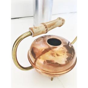 Skøn gammel vandkande, der leder tankerne hen mod en oliekande eller Aladdins lampe. 😜 Kobber, messing og bambus 🌸