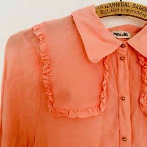 Skøn lyserød/fersken Baum und Pferdgarten skjorte med guldknapper og blondede skulderstykker. Egentlig str 44 men jeg selv er S/M og passer den fint!   nypris ca 1200 Næsten aldrig brugt!  🌸 Se også mine andre annoncer