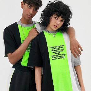 """HELT NY asos t-shirt fra Collusion  I limegrøn, grå, sort & hvid Med spansk skrift """"ingen adgang"""" skrevet på forskellige måder.  Hvis du har spørgsmål, så må du mere end gerne skrive til mig!☺️  Kig også gerne på mine andre lækre produkter på profilen🤩   • Dyre- og røgfrit hjem"""