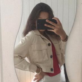 Sælger denne fede beige jakke fra Bershka. Helt ny aldrig brugt. Byd endelig😁