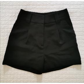 Sorte habit shorts fra 'H&M' i str. 34.  Aldrig brugt. Ikke gennemsigtig. 2 funktionelle forlommer. Med lynlås og knap. Kan bruges med bælte.   *Bytter ikke. *Prisen er fast. *Varen sendes fra dyr og røgfrit hjem.