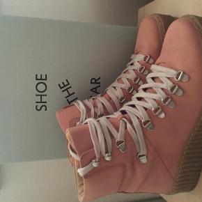 Brand: Shoe the besr Varetype: Shoe the Bear støvler Farve: Rosa Oprindelig købspris: 1099 kr.  Prøvet i 1/2 time Bytter ikke Normale i str Handler gerne via mobile pay