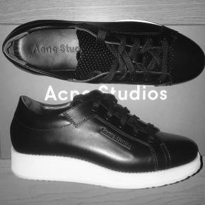 """Der er en lille """"skade"""" på højre sko, ellers som nye :-)  -jeg bruger selv 39/40, men passer dem, men de er lige i det mindste til mig, derfor jeg sælger dem. De vil passe en 38/39 perfekt!  BYD!"""