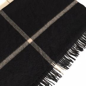 Skønt og meget stort tørklæde fra FWSS. Sort med gråbrun stribe. Brugt få gange. Købt hos Gossip i Kbh. 75 x 200 cm.  Venligst se mine andre annoncer!