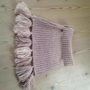 Varetype: Sjal tørklæde halstørklæde halsedisse Størrelse: M Farve: Lyserød Oprindelig købspris: 700 kr. Kvittering haves.  Aldrig brugt, fejlkøb.     Bud fra 350.
