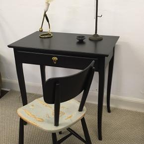 Rigtig fint nymalet bord og stol. Bordet koster 975.Kr bredden 80. Cm dybden 50. Cm højde 67. Cm  stolen koster 350.Kr (SOLGT)