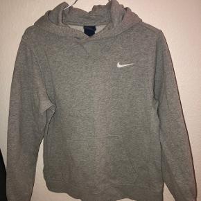 Grå Nike hættetrøje. Str: 12-13 år, 147-154 cm