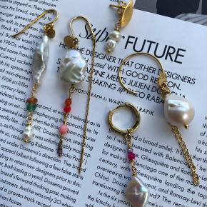 Mix og match med øreringe   Priser:   150.- pr stk  100.- for de små ørestikker med 2 små perler.   Fragtfri ved køb over 400.-
