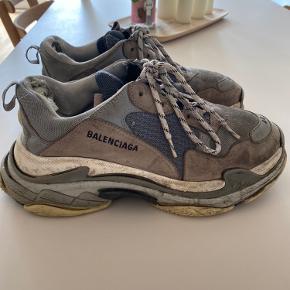 De er en lille smule beskidte på billederne, men de bliver rengjorde inden jeg sender dem. Inde i dem er der nogey bomuld der er gået i stykker, men altså skoene virker som de skal og intet der 😋  —  Prisen kan måske godt forhandles  Bytter ogås