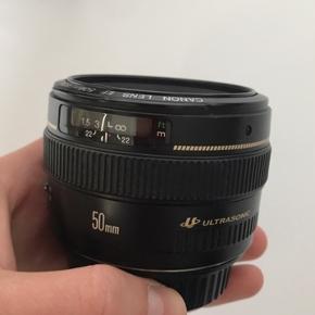 EF 50mm f/1.4  ULTRASONIC  Ingen skader, mug eller støv mellem linserne. Fuldt funktionsdygtigt, og med den fenomenale performance man forventer fra canons prime objektiver.  Kostede omkring 3500 for ny, og kan købes lige nu på Canon's shop for 3000  Snup en deal og tag den for 1999kr.