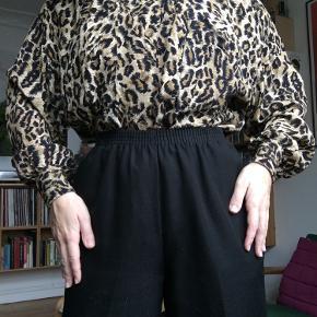 Vintage skjorte i Leo-print🐆  I super god stand!  Passer fra str xs-m