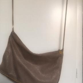"""Sælger denne limited edition """"rose gold/smoke"""" smukke taske fra Stella. Den har brugstegn men fejler intet, sælges derfor også billigt. Den er på størrelse med et A4 ark. Nypris 5849,-. Prismærke haves stadig. Kom gerne med bud."""