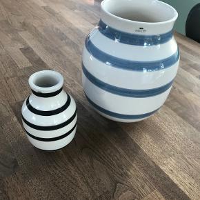 Kähler Omaggio vaser. Stor (20cm) hvid/lyseblå stribet 200 (235) hvis sendes) Lille (12,5cm) hvid/sort stribet 75 (110 hvis sendes)
