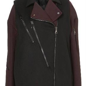 Super smuk jakke fra den exclusive runway kollektion TOPSHOP UNIQUE. Som ny, kun brugt en enkelt gang. LUKSUS jakke, der blev udsolgt med det samme. Købspris 5999kr.