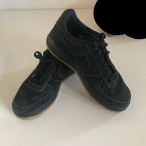 """Sort overdel og en lysebrun sål, 38,5, modellen hedder """"Nike air force 1 low"""""""