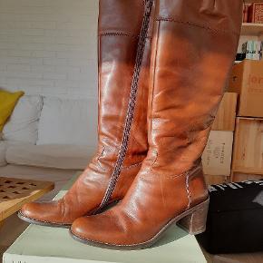 Skønne skindstøvler fra Billi Bi. Normal str 39.