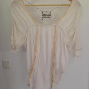 Varetype: Bluse Farve: Hvid Prisen angivet er inklusiv forsendelse.  Den fineste bluse med flotte detaljer som evt det smykke som sidder foran på blusen. Der er en lille plet ved skulderne som man ikke rigtig kan se - har ikke prøvet at få den af 🥴  BYD!