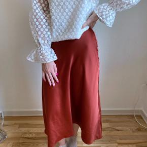 Lækker satin nederdel. Den er en midi-længde, som er lidt ned over knæene. Str. 38. Koster 200kr eksl. fragt