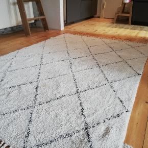 Lækkert gulvtæppe fra søstrene grene som er dekorativt. Brugt få uger grundet fund af nyt. Nypris er 388 sælger det for 200 kr eller byd.