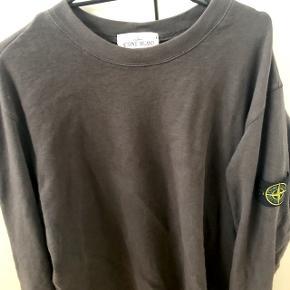 STONE ISLAND SWEAT I XXL  Monster fed Stone Island sweatshirt i mørkegrå! Næsten som ny, brugt under 10 gange!  Cond: 8,5-9/10  Nypris var 1600,- fra Stone Islands egen hjemmeside, box medfølger til trøjen  Min pris: BYD