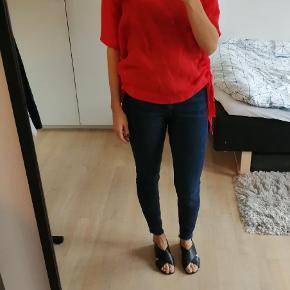 Rød tshirt med bånd i siderne