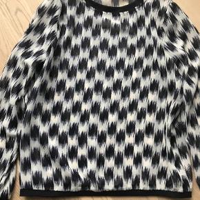 Varetype: Bluse Farve: Blå Oprindelig købspris: 899 kr.  Lækker bluse ! Aldrig brugt !