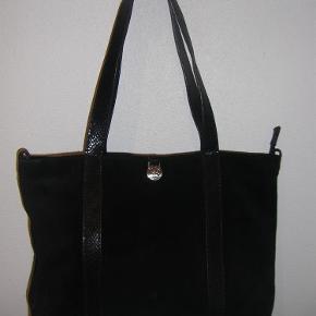Varetype: Taske Størrelse: 22x34 cm. Farve: Sort Oprindelig købspris: 699 kr.  Super lækker skuldertaske i sort ruskind med læderdetajler. Kort skulderrem og lang kan sættes på. Sendes med GLS.