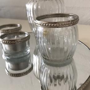 Glasbakke + holder til fyrfadslys Kan f.eks. bruges til opstilling af lys, lysestager eller opstilling af skåle.   Bemærk at det ene glas er svedet, og der er enkelte steder, hvor glasplade ikke er 100% intakt.