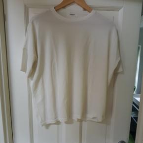 Superfin T-shirt fra Moss, rigtig god stand. Ikke brugt af mig, har købt den herinde, men den passer mig ikke så godt.