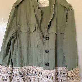 Sælger min elskede og super fed overgangsjakke fra Zara i army grøn, da jeg simpelthen ikke får den brugt 💚💚💚 Den er i rigtig fin stand, og kun brugt få gange