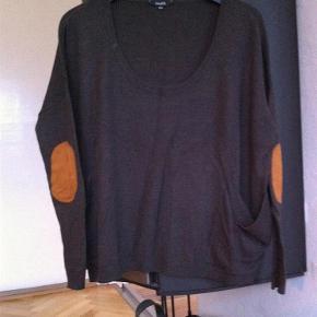 """Varetype: bluse Størrelse: xs/s/m Farve: Brun Oprindelig købspris: 500 kr.  Lækker oversize bluse - der står str xs/s i den, men kan også passe af en m, da den er bred i faconen. Flotte """"hængelommer"""" og lapper på albuerne.  45% akryl 45% nylon 10% wool  Bytter ikke!"""