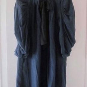 Inwear kjole i mørkeblå med sort sløjfe, str. 38, vidde i kjolen og rynker på ærmerne. Kjolen er helt ny og har aldrig været brugt. Har stadig prisskilt, nypris kr. 1.200,00.