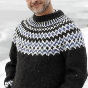 Brand: FruStrikVaretype: Herresweater, Sweater, Islandsk sweater, Trøje, Uldtrøje, Uldsweater Størrelse: S - M - L Farve: Mange  Håndstrikket islandsk sweater i ren islandsk uld - alafoss-lopi med flot islandsk mønster. Sweateren kan også strikkes i 3 andre farver efter eget valg. Se farvekort.  Strikkes på bestilling i størrelse: S - M - L  Passer en brystvidde på: 104 - 112 - 119 cm  Se andre modeller på FruStrik.dk  Modtager MobilePay