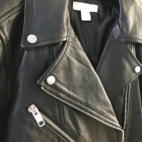 Helt ny læderjakke/bikerjakke i ægte læder. Aldrig brugt.   Kan afhentes i København K eller sendes gennem handel på Trendsales 🌸  Se også mine andre annoncer  🌸