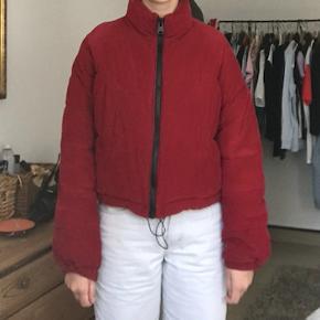 Super fed og varm rød dyn-jakke. Købt i Urban Outfitters af mærket Light Before Dark i størrelse Xs men passer også en small/medium. Har få huller indeni (se billede).