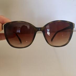 Carolina Lemke solbriller, pænt brugt, meget behagelig tonede beskyttende glas, en smule ridser, men man ser det ik når man har dem på