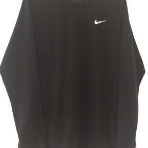 Lækker trænings t-shirt fra Nike str. L med hul mønster bag på som vist på det ene billed. kun brugt få gange.