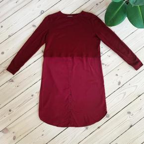 Flot Bordeaux kjole fra COS i str. S. Underdele er 100% silke og overfelen er 100% bomuld   Se også mine andre annoncer med mærker som Louis Vuitton, Envii, Topshop, Nike, Samsøe Samsøe, COS os & Other Stories 😊