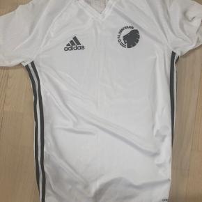 Fin FCK Adidas t-shirt. Det er en str. small - passer ca. 12-14 år