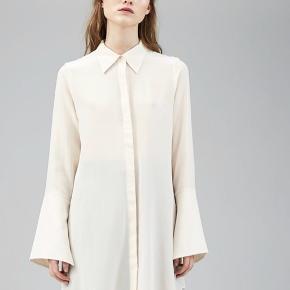 Viga Shirt i farven Petrol Grey Mini Dot. 100% silke. Billederne af den i hvid er blot for at man kan se modellen.  Helt ny med tags og aldrig brugt. Nypris 2050,-