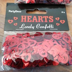 Bordpyndt konfetti, jul, rød mettalic hjerter, 15 g i hver pose, 5 kr pr pose, 3 for 10 kr, har 4 ialt. Sender plus porto