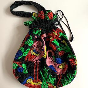 Faaaaaantastisk taske med perleprint af flamingoer. Købt i en vintage-butik i Nashville, men jeg har aldrig fundet mod til at bruge den. Er lidt farveforskrækket og det er sgu synd at den ikke bliver luftet :)  Størrelse på selve taske uden stropper: L40, H38