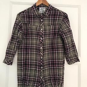 Let skjorte fra Just Female str. Xs (passer også en S) i 100% cotton.   Perfekt til forår/sommer.