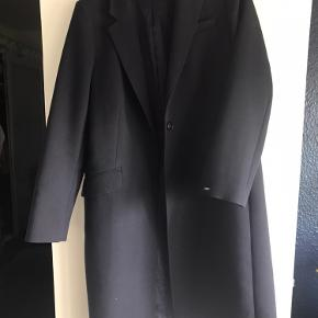 Super flot og elegant frakke fra Tommy Hilfiger str 40. Jakken er stort set ubrugt og lommerne er stadigvæk tilsyet  Købspris kr. 2.400,-